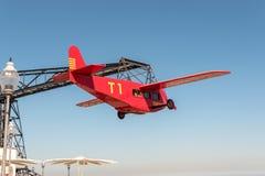 巴塞罗那,西班牙- 2019年3月15日:在Tibidabo游乐场的偶象El阿维奥飞机乘驾在背景的登上的Tibidabo 免版税库存照片