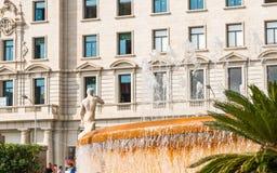 巴塞罗那,西班牙- 2017年10月3日:城市喷泉的看法 复制文本的空间 免版税库存照片
