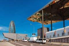 巴塞罗那,西班牙- 2016年4月18日:对塔Agbar摩天大楼和梅卡dels Encants的看法 梅卡dels Encants跳蚤市场 库存照片