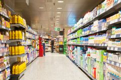 巴塞罗那,西班牙- 2018年1月02日:摊位牛奶在超级市场 免版税库存图片