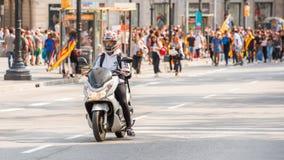 巴塞罗那,西班牙- 2017年10月3日:摩托车骑士在市中心 在独立的公民投票,巴塞罗那, Catalunya,西班牙 库存照片