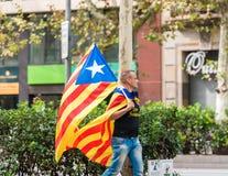 巴塞罗那,西班牙- 2017年10月3日:有一面加泰罗尼亚的旗子的一个人在一次示范在巴塞罗那 特写镜头 免版税库存图片