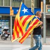 巴塞罗那,西班牙- 2017年10月3日:有一面加泰罗尼亚的旗子的一个人在一次示范在巴塞罗那 特写镜头 免版税库存照片