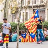 巴塞罗那,西班牙- 2017年10月3日:有一面加泰罗尼亚的旗子的一个人在一次示范在巴塞罗那 复制文本的空间 免版税库存图片