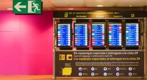 巴塞罗那,西班牙- 2017年4月20日:机场信息委员会-到来和离开显示 复制文本的空间 免版税库存图片
