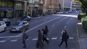 巴塞罗那,西班牙- 2019年2月19日:汽车在繁忙的交叉点在市中心 股票录像