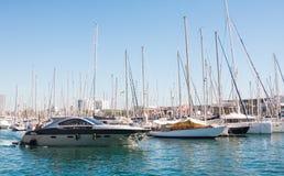 巴塞罗那,西班牙- 2014年10月18日:游艇在Por在巴塞罗那,西班牙 巴塞罗那旧港口的这个口岸一  库存图片
