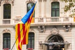 巴塞罗那,西班牙- 2017年10月3日:estelada,加泰罗尼亚的分离主义者旗子,巴塞罗那 特写镜头 图库摄影