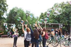 巴塞罗那,西班牙- 2017年10月18日-孩子捉住泡影,同水准 库存照片