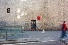 巴塞罗那,西班牙- 2017年10月17日-门的o街道画人 库存图片