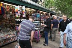 巴塞罗那,西班牙- 6月09 :在La兰布拉街道的纪念品店 免版税图库摄影