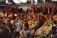 巴塞罗那10月2017年, 食物中止在Boqueria市场上 免版税库存照片
