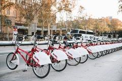 巴塞罗那Bicing在街道骑自行车 免版税库存图片