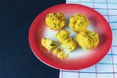 巴尔干烹调 与唐莴苣叶子的Proja玉米面包,准备作为松饼 库存图片