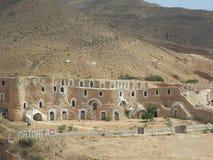 巴巴里人的地下穴居人洞在撒哈拉大沙漠,马特马塔,突尼斯,非洲,在一个晴天 库存照片