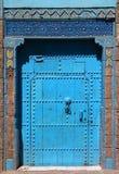 巴巴里人蓝色摩洛哥riad门和框架 免版税库存照片
