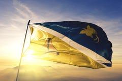 巴布亚新几内亚旗子纺织品挥动在顶面日出薄雾雾的布料织品Jiwaka省  皇族释放例证