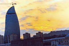 巴库全景-阿塞拜疆的首都由里海位于看见岸 背景波罗的海日落 火焰塔修造是b 免版税库存照片