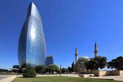 巴库,阿塞拜疆 '灼烧的塔的'看法 库存照片