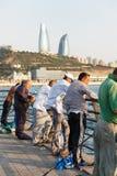 巴库,阿塞拜疆- 2015年7月16日, :里海的渔夫以市巴库为背景 库存照片