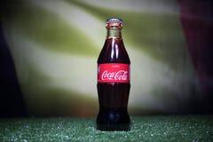 巴库,阿塞拜疆- 2018年7月01日:创造性的概念 在一个玻璃瓶的可口可乐经典之作在草 支持您的世界古芝的国家 库存照片