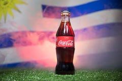 巴库,阿塞拜疆- 2018年7月01日:创造性的概念 在一个玻璃瓶的可口可乐经典之作在草 支持您的世界古芝的国家 免版税库存照片