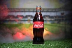 巴库,阿塞拜疆- 2018年7月01日:创造性的概念 在一个玻璃瓶的可口可乐经典之作在草 支持您的世界古芝的国家 图库摄影