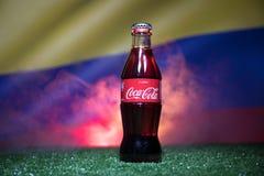 巴库,阿塞拜疆- 2018年7月01日:创造性的概念 在一个玻璃瓶的可口可乐经典之作在草 支持您的世界古芝的国家 库存图片