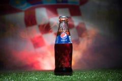 巴库,阿塞拜疆- 2018年7月01日:创造性的概念 在一个玻璃瓶的百事可乐经典之作在草 支持您的世界杯的20国家 免版税库存图片