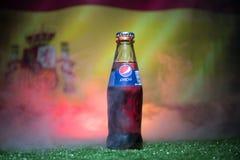 巴库,阿塞拜疆- 2018年7月01日:创造性的概念 在一个玻璃瓶的百事可乐经典之作在草 支持您的世界杯的20国家 库存图片
