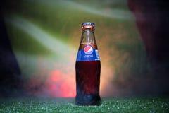 巴库,阿塞拜疆- 2018年7月01日:创造性的概念 在一个玻璃瓶的百事可乐经典之作在草 支持您的世界杯的20国家 免版税库存照片