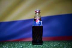 巴库,阿塞拜疆- 2018年7月01日:创造性的概念 在一个玻璃瓶的百事可乐经典之作在草 支持您的世界杯的20国家 库存照片