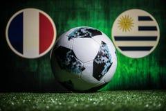 巴库,阿塞拜疆- 2018年7月01日:创造性的概念 官员俄罗斯2018年世界杯橄榄球球爱迪达在绿色gr的Telstar 18 免版税图库摄影