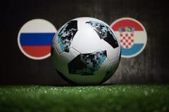 巴库,阿塞拜疆- 2018年7月04日:创造性的概念 官员俄罗斯2018年世界杯橄榄球球爱迪达在绿色gr的Telstar 18 免版税库存图片
