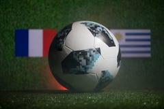 巴库,阿塞拜疆- 2018年7月01日:创造性的概念 官员俄罗斯2018年世界杯橄榄球球爱迪达在绿色gr的Telstar 18 免版税库存图片