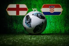 巴库,阿塞拜疆- 2018年7月08日:创造性的概念 官员俄罗斯2018年世界杯橄榄球球爱迪达在绿色gr的Telstar 18 免版税图库摄影