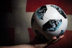 巴库,阿塞拜疆- 2018年7月01日:创造性的概念 官员俄罗斯2018年世界杯橄榄球球爱迪达Telstar 18在手中 Su 免版税库存图片