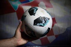 巴库,阿塞拜疆- 2018年7月01日:创造性的概念 官员俄罗斯2018年世界杯橄榄球球爱迪达Telstar 18在手中 Su 免版税库存照片