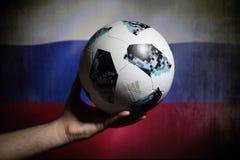 巴库,阿塞拜疆- 2018年7月01日:创造性的概念 官员俄罗斯2018年世界杯橄榄球球爱迪达Telstar 18在手中 Su 免版税图库摄影