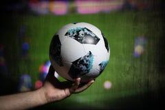 巴库,阿塞拜疆- 2018年7月01日:创造性的概念 官员俄罗斯2018年世界杯橄榄球球爱迪达Telstar 18在手中 Su 库存照片