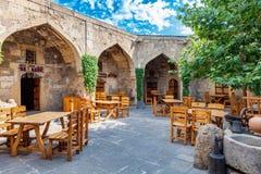 巴库,阿塞拜疆- 2015年7月16日:商队投宿的旅舍餐馆和位于巴库老镇的购物中心  库存照片