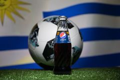 巴库,阿塞拜疆- 2018年7月01日:官员俄罗斯2018年世界杯橄榄球球爱迪达Telstar 18和在玻璃的百事可乐经典之作 免版税库存图片
