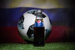 巴库,阿塞拜疆- 2018年7月01日:官员俄罗斯2018年世界杯橄榄球球爱迪达Telstar 18和在玻璃的百事可乐经典之作 免版税库存照片