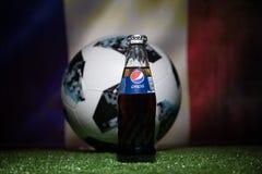 巴库,阿塞拜疆- 2018年7月01日:官员俄罗斯2018年世界杯橄榄球球爱迪达Telstar 18和在玻璃的百事可乐经典之作 库存照片