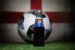 巴库,阿塞拜疆- 2018年7月01日:官员俄罗斯2018年世界杯橄榄球球爱迪达Telstar 18和在玻璃的百事可乐经典之作 图库摄影