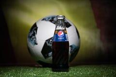 巴库,阿塞拜疆- 2018年7月01日:官员俄罗斯2018年世界杯橄榄球球爱迪达Telstar 18和在玻璃的百事可乐经典之作 免版税图库摄影