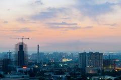 巴库,阿塞拜疆- 2018年7月18日:巴库与都市摩天大楼日落的,阿塞拜疆的市地平线 免版税库存图片