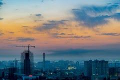 巴库,阿塞拜疆- 2018年7月18日:巴库与都市摩天大楼日落的,阿塞拜疆的市地平线 库存照片