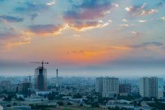 巴库,阿塞拜疆- 2018年7月18日:巴库与都市摩天大楼日落的,阿塞拜疆的市地平线 图库摄影