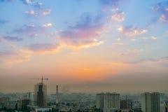 巴库,阿塞拜疆- 2018年7月18日:巴库与都市摩天大楼日落的,阿塞拜疆的市地平线 免版税库存照片